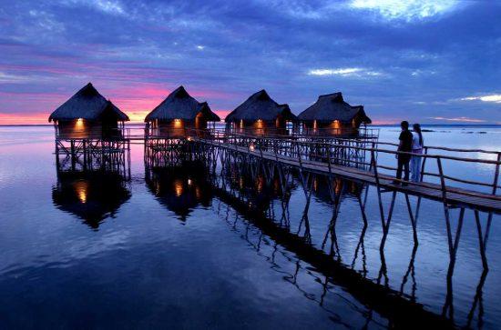 Flamingo Bay Water Lodge im Abendrot