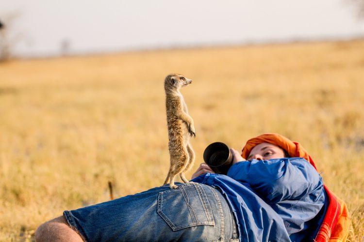 Le photographe de Rhino Africa, Simon Watson en plein action de prise d'images avec un lémurien.