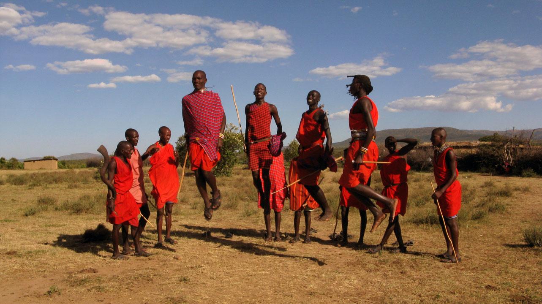 Groupe de Maasai sautant en l'air