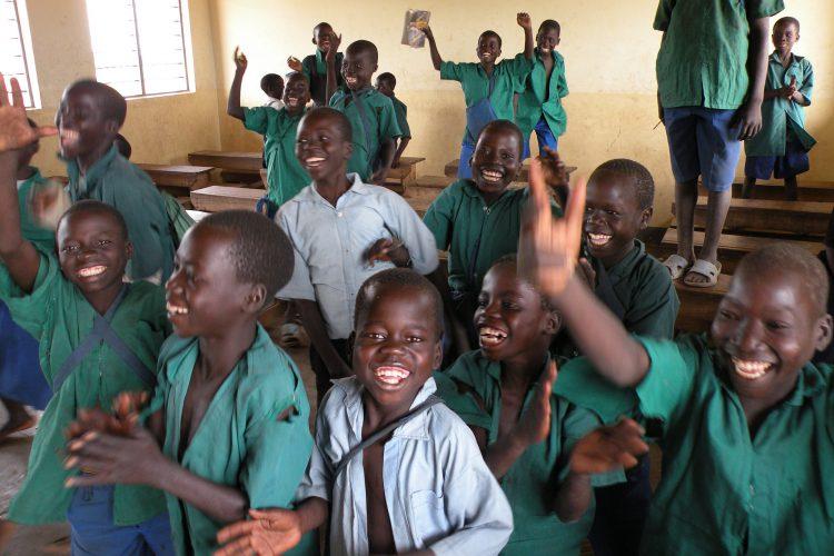 Lachende Schulkinder in Afrika