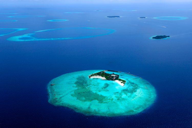 Kleine Insel umgeben von türkisblauem Wasser im Indischen Ozean