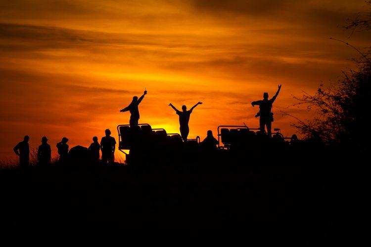 Sundowner auf einer Pirschfahrt in Afrika