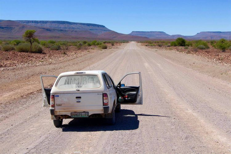 4x4 sur la route entourée par paysage montagneux namib-naukluft namibie