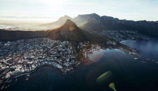 Vue panoramique depuis le ciel de la ville du Cap au lever du soleil.