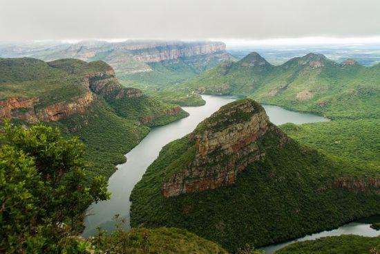 Blick auf den grünen Blyde River Canyon, durch welchen ein Fluss fließt