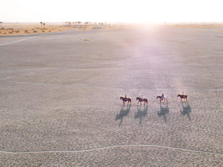 Von oben: Ausritt durch die Makgadikgadi-Salzpfannen in der Kalahari