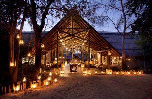 Entrée de Thornybush Game Lodge éclairée par des bougies idéal pour un safari en famille au Parc Kruger