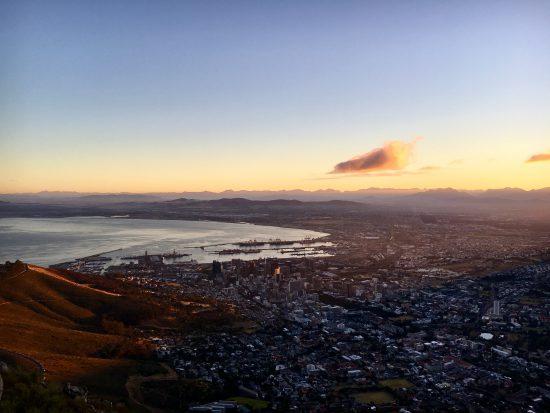 Sonnenaufgang am Lion's Head mit Blick auf Kapstadt
