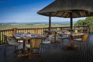 Petit déjeuner sur la terrasse du Ulusaba Rock Lodge