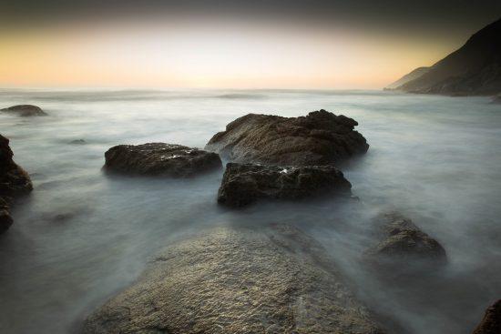 Fumée sur l'eau et vue sur l'Océan du Cap.