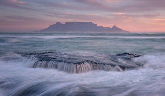 Vue sur Table Mountain et l'océan depuis Table View, montagne de la plus belle ville du monde