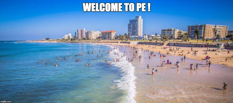 Menschen am Strand und im Meer vor Port Elizabeth
