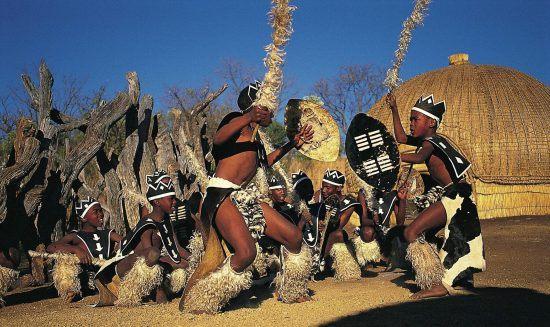 Miembros de una tribu zulú bailando la danza de la guerra
