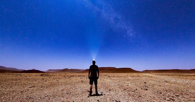 Zitate, die Fernweh nach Afrika verursachen: Urlauber in der Wüste