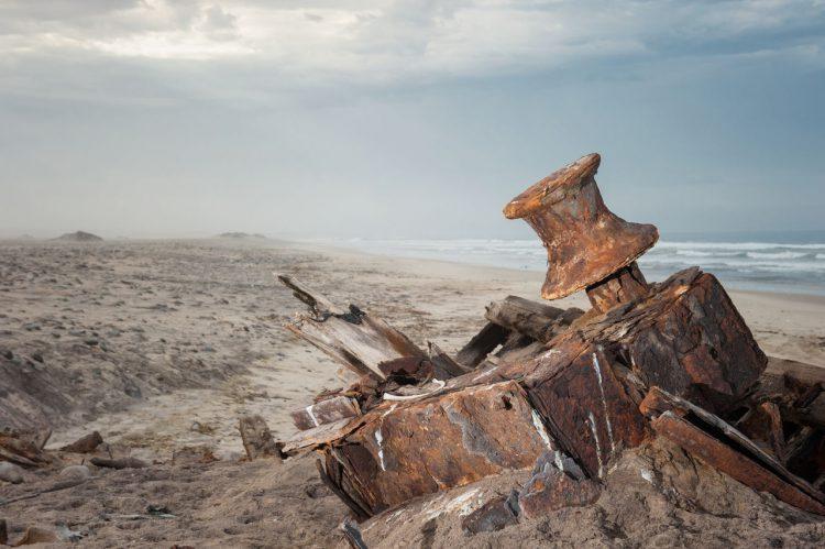 Ein Teil eines Schiffswrackes am Strand von Namibia