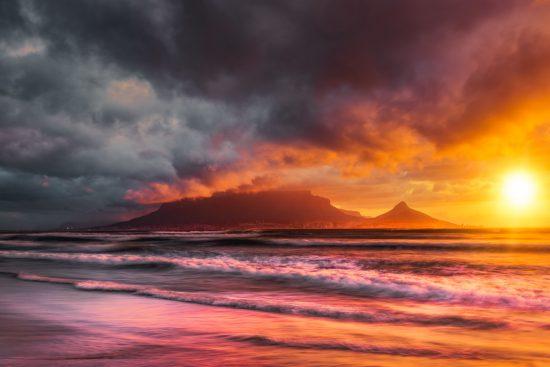 Cidade do Cabo vista de Table View durante pôr do sol colorido