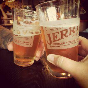 Um brinde de cervejas do Jerry's