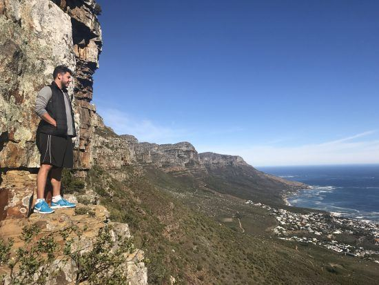 Amarilio observa o oceano enquanto escala Table Mountain