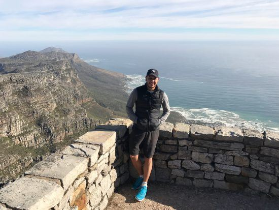 Amarilio posa para foto antes de continuar a escalar a Table Mountain