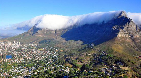 Neblina cobre topo da Table Mountain tal como um pano de mesa