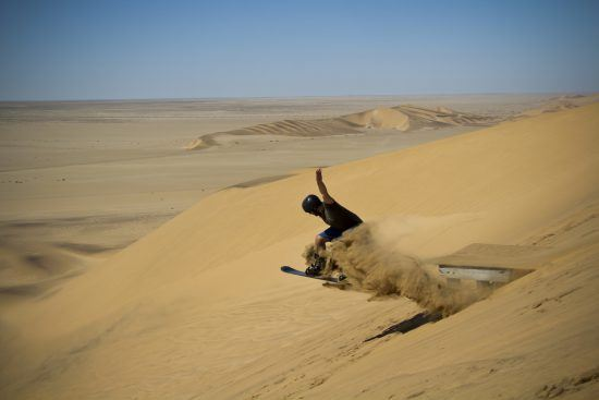 Sandboarding na Namíbia. Foto: Luke Price