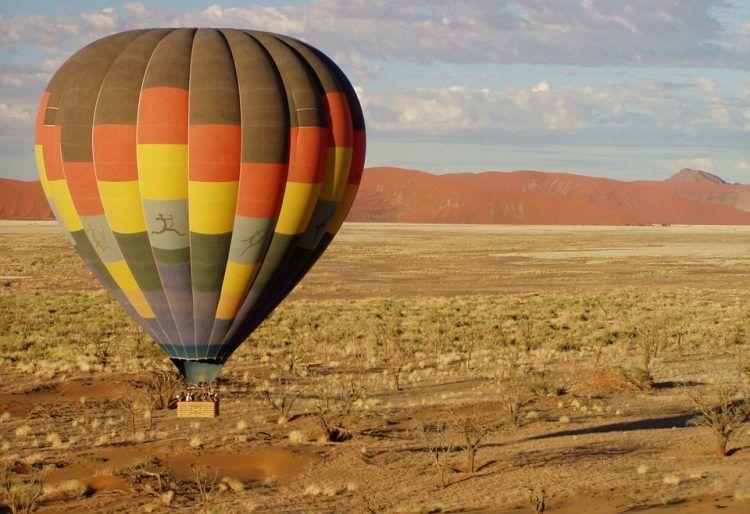 Mongolfière et désert en Namibie.