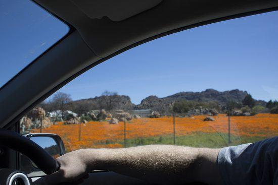 Dirigindo de carro na região de Cederberg, na África do Sul