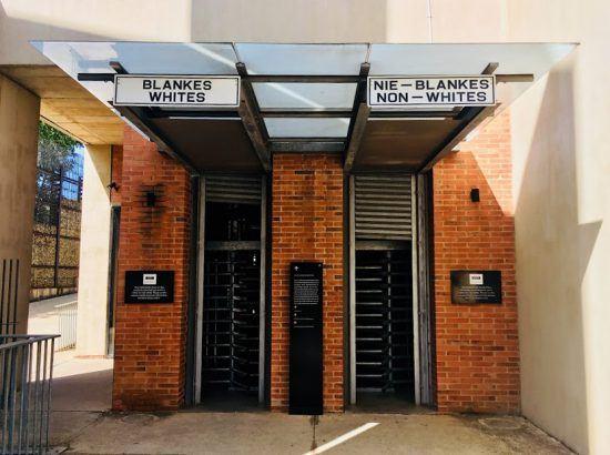 Entrada do Museu do Apartheid em Joanesburgo. Foto: Nathalia Marangoni