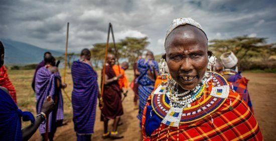 Eine Gruppe Massai in traditioneller Kleidung mitten in der Masai Mara