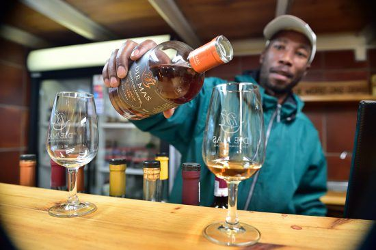 Vinho sendo servido na vinícola Die Mas, no Cabo Setentrional.