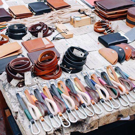 Itens de couro são vendidos na feira de design do Neighbourgood's Market