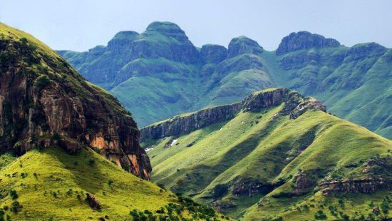 Die grünen Drakensberge in Kwazulu-Natal in Südafrika
