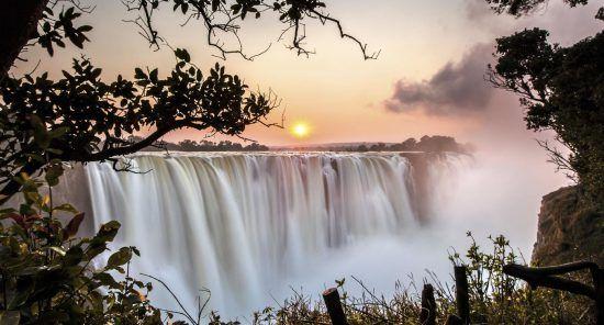Um pôr do sol sobre uma maravilha natural