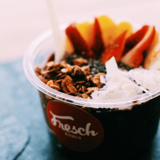 Tigela de açaí com frutas, granola e raspas de amendoa