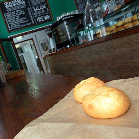 Pandebono é uma iguaria colombiana que se assemelha ao brasileiro pão de queijo