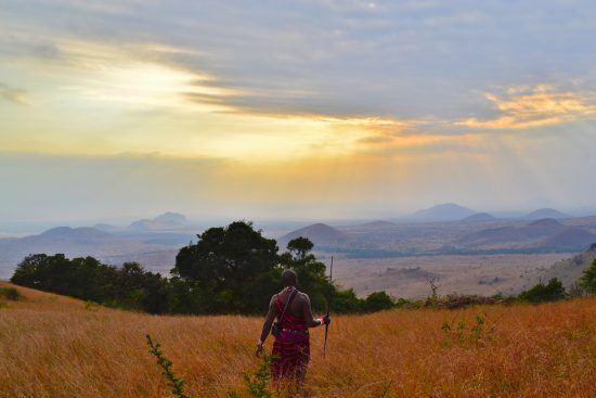 Guerreiro Masai observa cenário