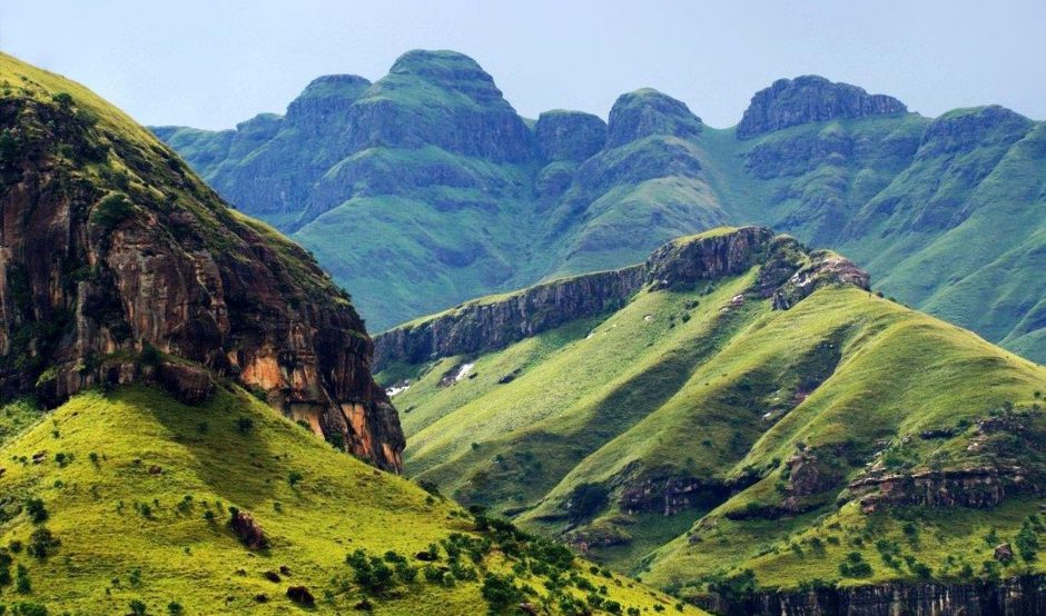 Die grünen Drakensberge in Südafrika - Reiseziele für Naturliebhaber