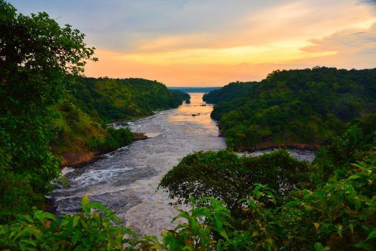 Malerischer Sonnenuntergang über dem sprudelnden Nil in Uganda