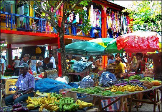 Obst und Kleidung auf einem lebhaften Markt in Victoria, Seychellen