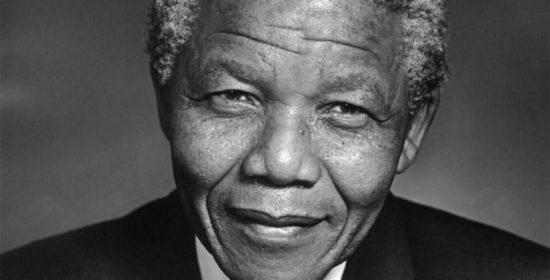 Nahaufnahme von Nelson Mandela in Schwarzweiß