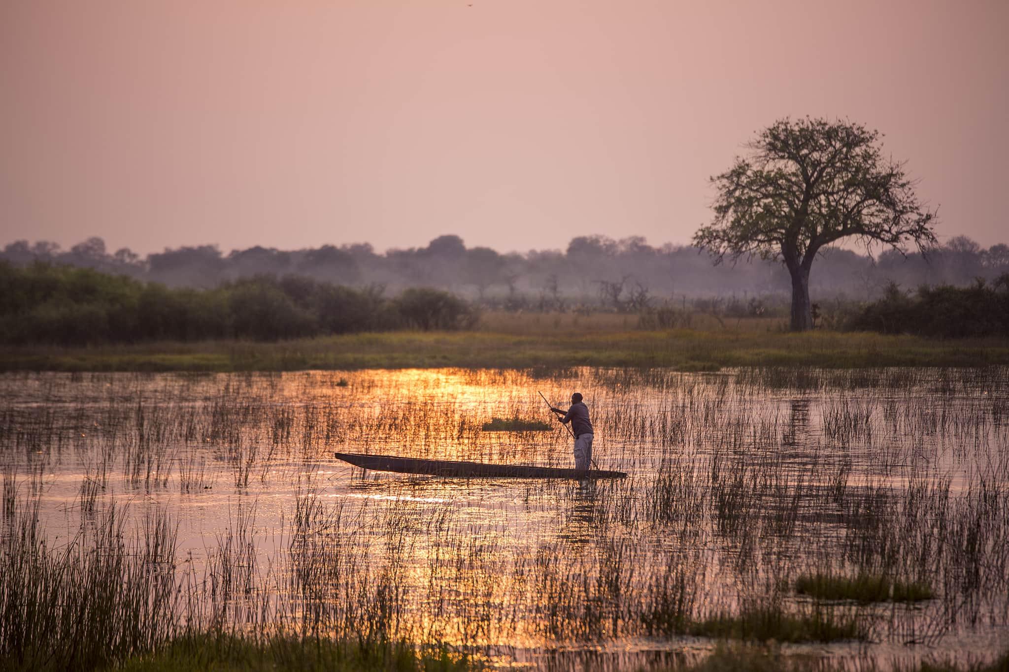 Mokoro-Safari bei Sonnenuntergang in Botswanas Okavango Delta