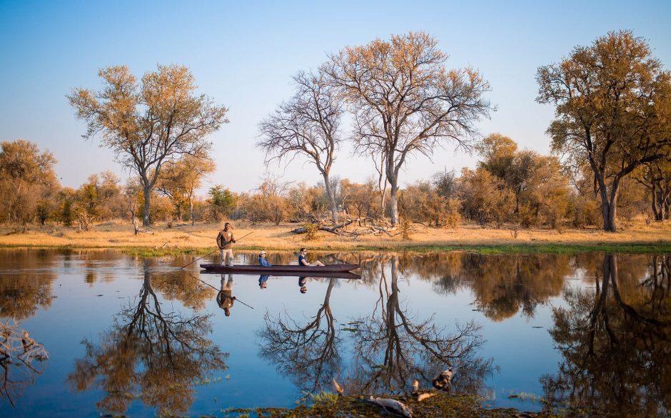 Calendrier de voyage africain: Safari en mokoro dans le delta de l'Okavango