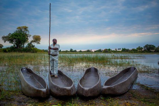 Okavango-Delta-Safari: Mokoros an einem Ufer im Okavango Delta