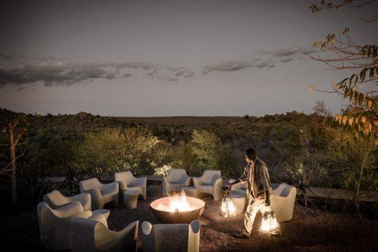 Aussichtsdeck mit Lagerfeuer der Singita Lebombo Lodge