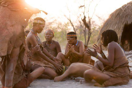 Frauen in traditioneller Kleidung in der ariden Landschaft bei Jacks Camp in Botswana