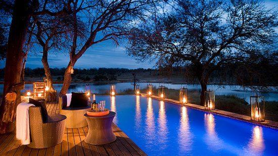 Hospedagens de luxo na África: Deck principal do Chitwa Chitwa Game Lodge
