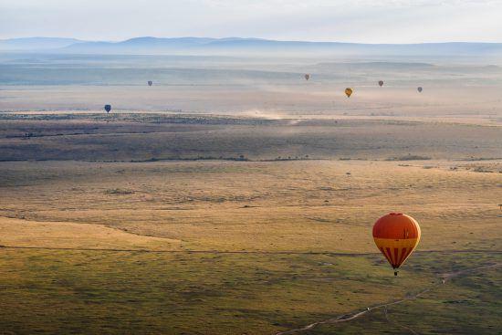 Heißluftballone über Steppe