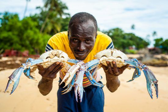 Mann mit Krabben