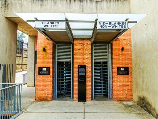 Eingang des Apartheid-Museums - eine der besten Aktivitäten in Johannesburg