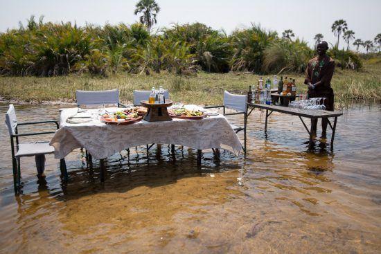 Comidas y bebidas en la naturaleza en un safari